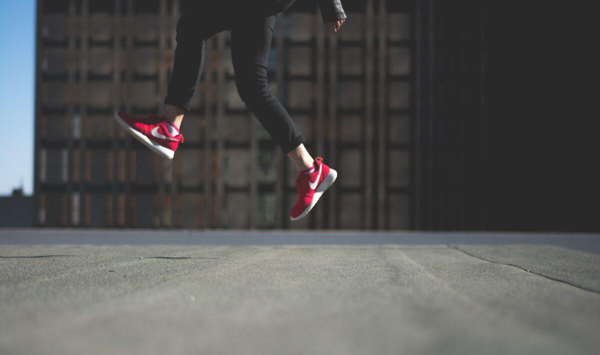 osoba w butach nike