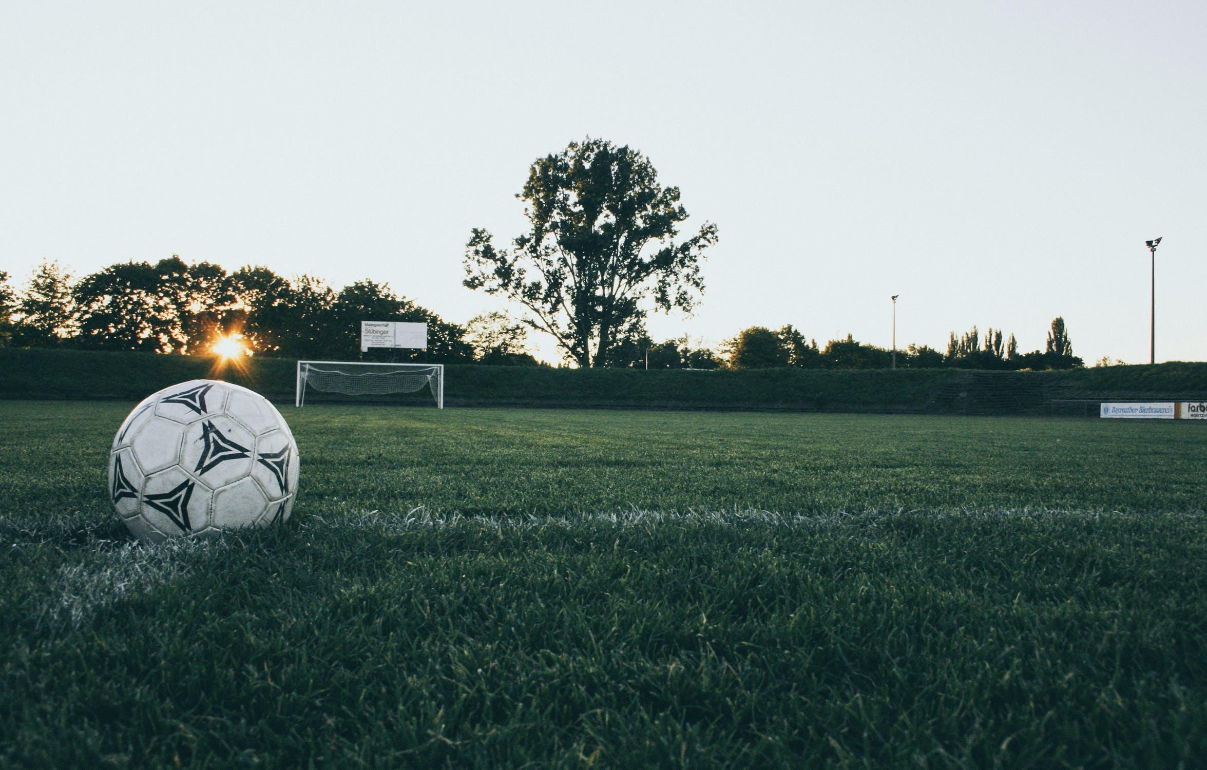 Jakie buty piłkarskie na trawę