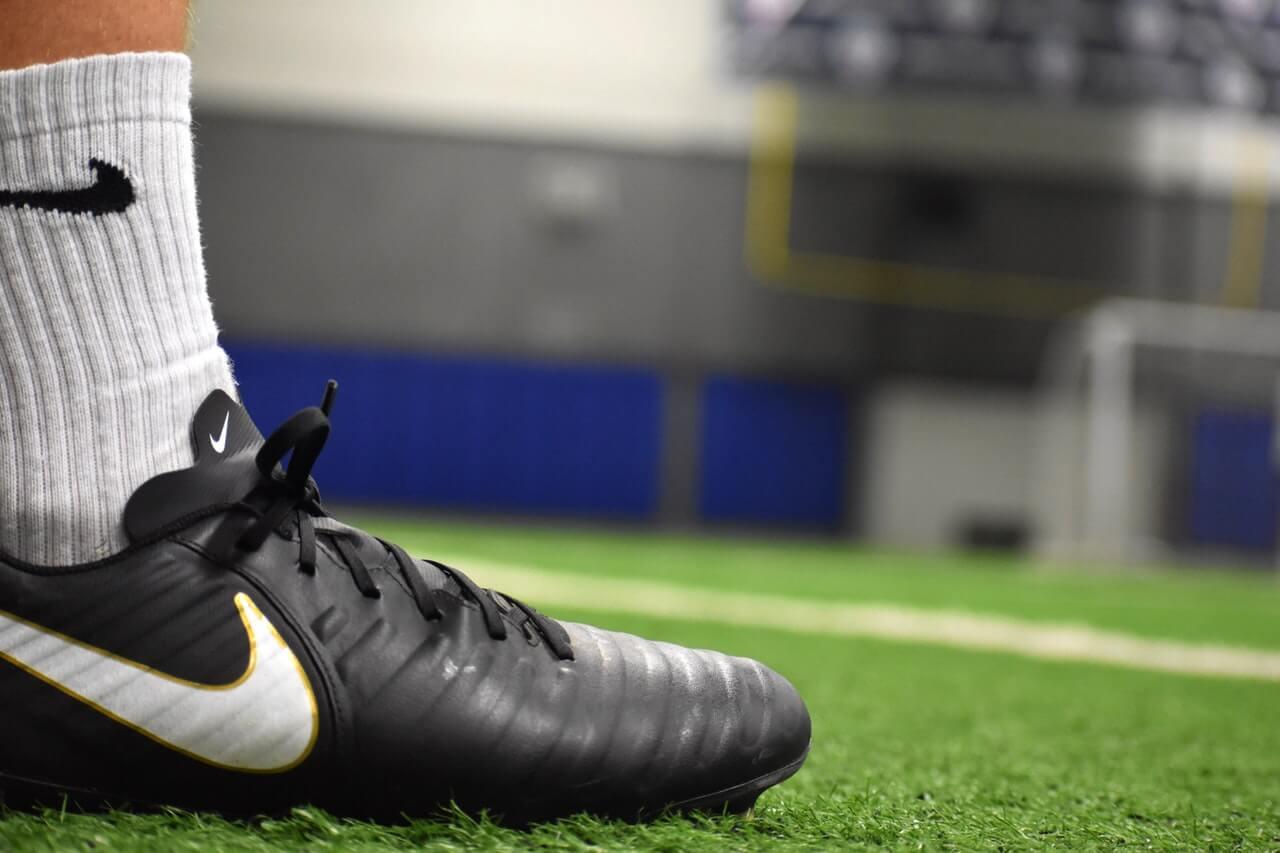 Korek korkowi nierówny – jakie buty wybrać do gry w piłkę, kiedy mecz odbywa się na trawie?
