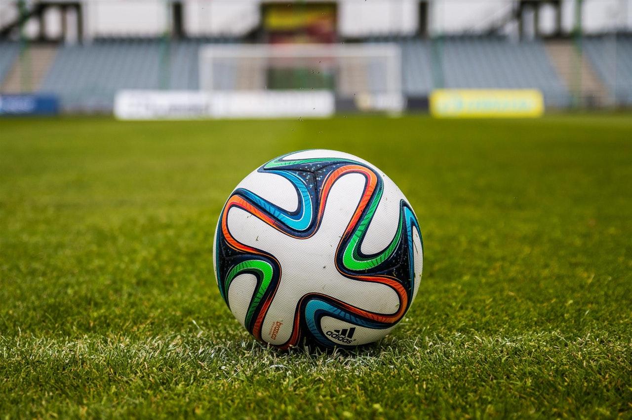 Sprzęt treningowy akcesoriami doskonalącymi umiejętności gry w piłkę nożną