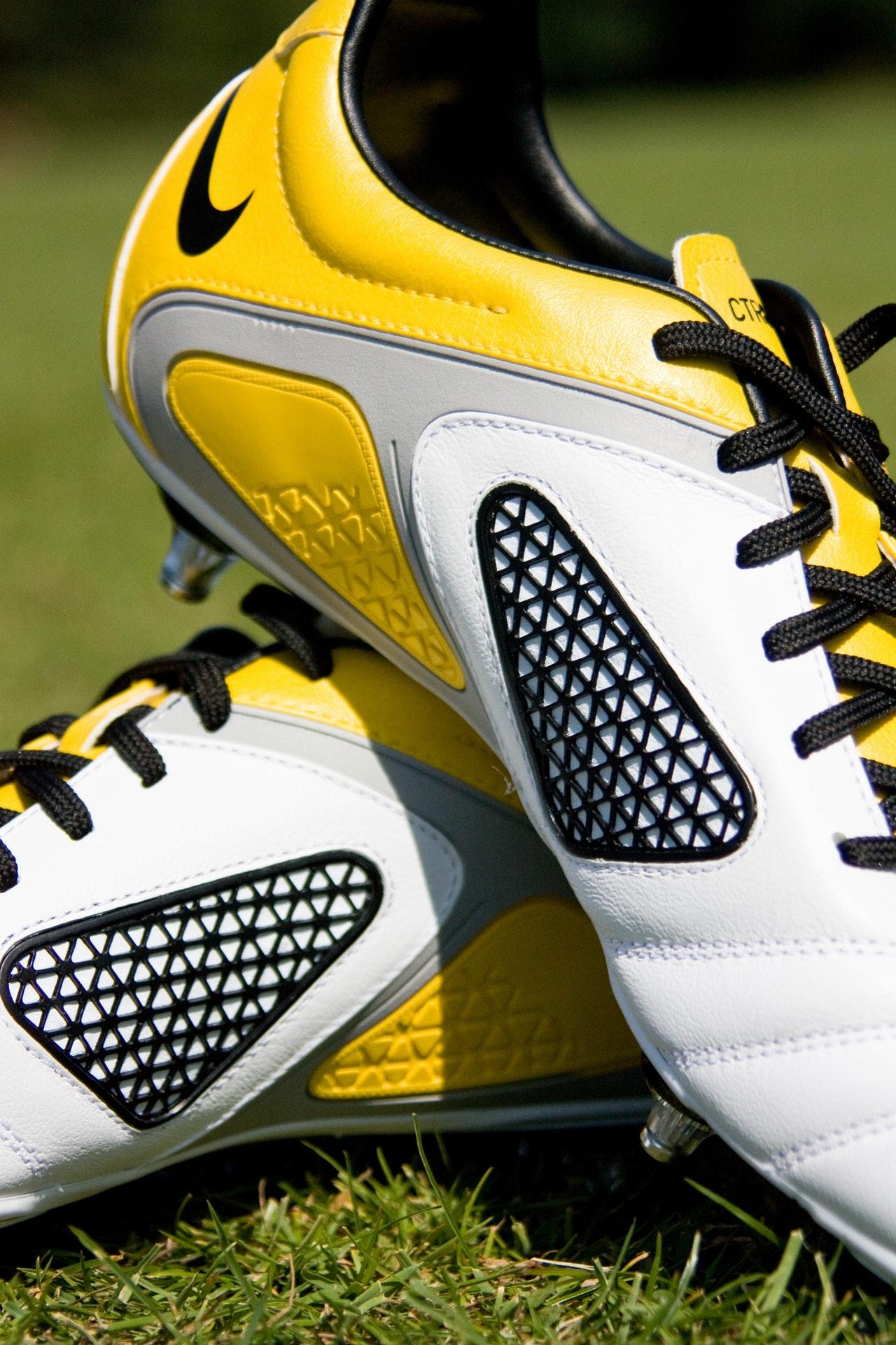 Różnice między poziomami butów piłkarskich